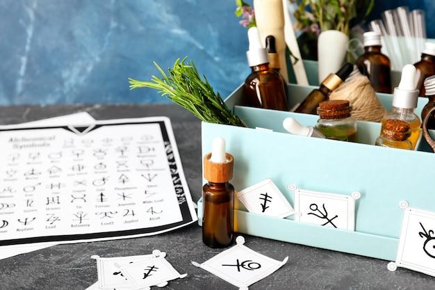 Symbole alchemiczne i składniki do przygotowania mikstur na stole