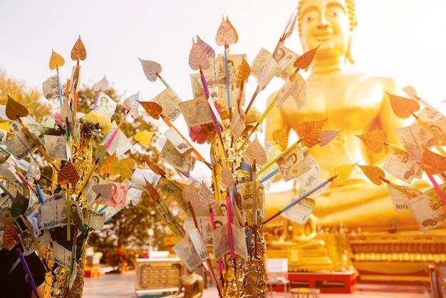 Symbole buddyzmu. azja południowo-wschodnia. szczegóły buddyjska świątynia w tajlandia.