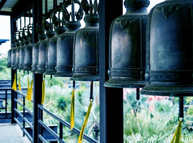 Symbole buddyzmu. dzwony azja południowo-wschodnia. szczegóły buddyjska świątynia w tajlandia.