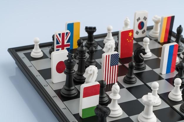 Symbole flag świata na szachownicy. pojęcie gry politycznej.