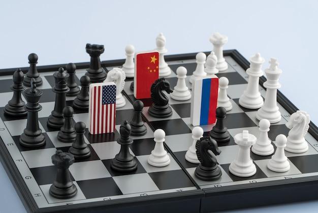 Symbole flaga rosji stany zjednoczone i chiny na szachownicy koncepcja gry politycznej