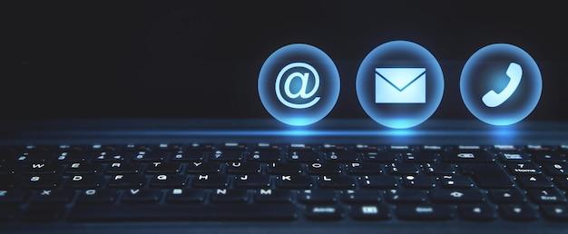 Symbole kontaktowe na klawiaturze laptopa