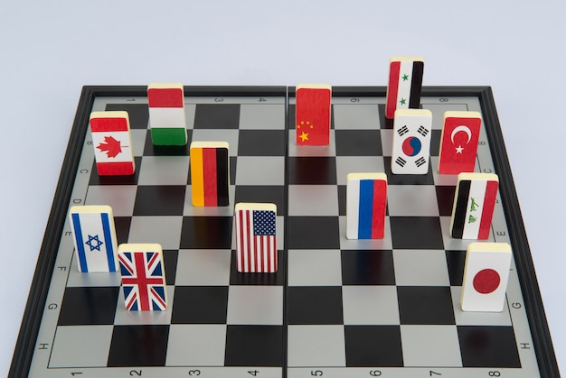 Symbole krajów na szachownicy. fotografia koncepcyjna, gry polityczne.