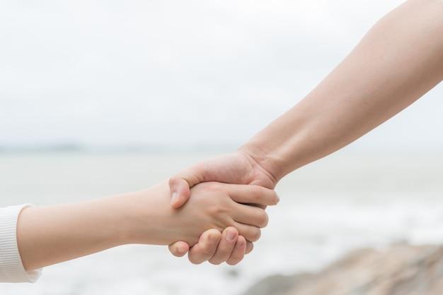 Symbole miłości. para mężczyzna i kobieta ręka trzyma wpólnie.