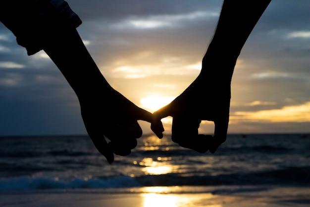 Symbole miłości. sylwetka para mężczyzna i kobieta ręka trzyma razem.