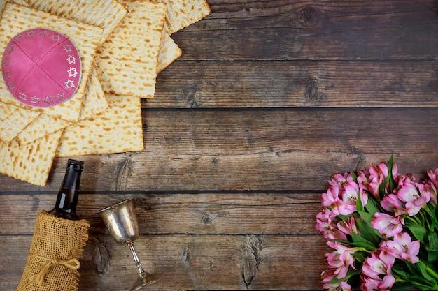 Symbole paschy maca, czerwone wino i kwiaty. święto żydowskie.