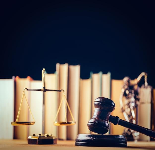 Symbole prawa - waga, młotek i temida