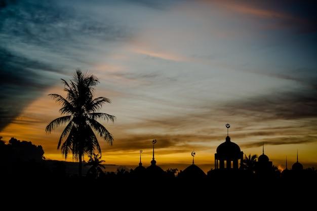 Symbole religii ramadan kareem. meczety kopuła w nocy zmierzchu z ciemnym czarnym tłem nieba. dla eid al-fitr, arabski, eid al-adha, koncepcja nowego roku muharram.