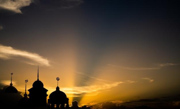 Symbole religii ramadan kareem. meczety kopuła w nocy zmierzchu z księżycem i ciemnym czarnym tłem nieba. dla eid al-fitr, arabski, koncepcja eid al-adha.