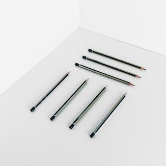 Symetryczne rozmieszczenie ołówków w kącie pokoju