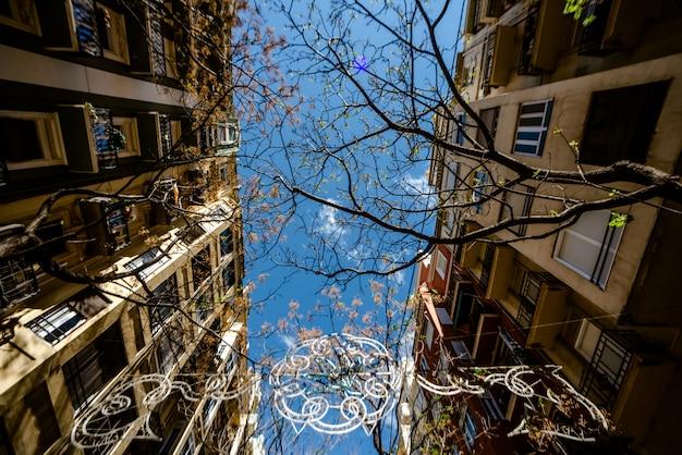 Symetryczny widok elewacji ulicy ze starymi budynkami w dobrym stanie w śródziemnomorskim mieście walencja.