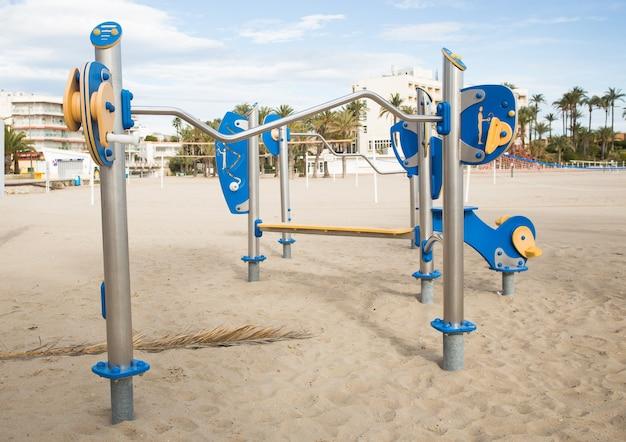 Symulatory uliczne na boisku sportowym w parku miejskim.