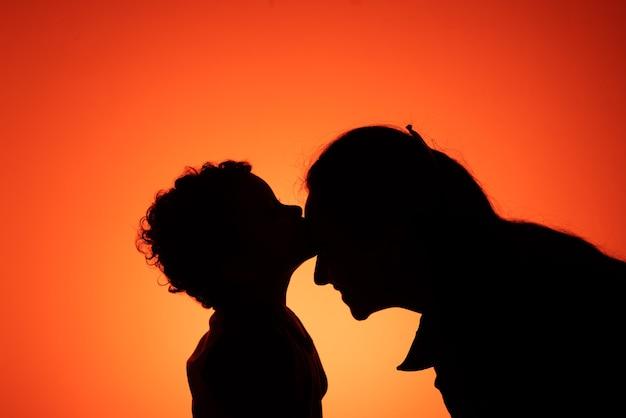 Syn całuje matkę w czoło