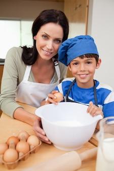 Syn i matka pieczenia ciasto
