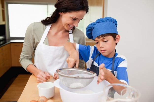 Syn i matka przygotowuje ciasto
