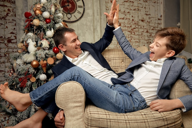 Syn i ojciec cieszą się na tle świątecznych dekoracji