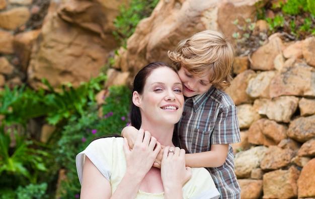 Syn obejmuje jego matki w parku
