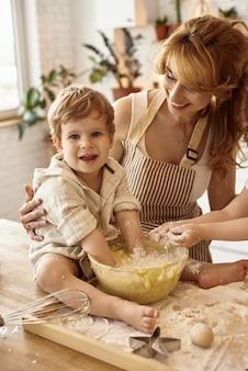 Syn pomaga mamie w kuchni