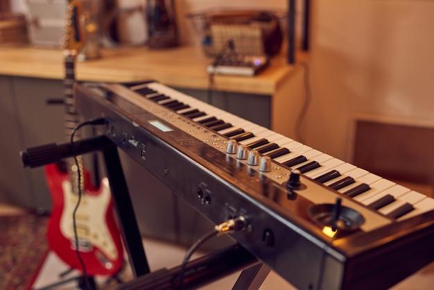 Syntezator i gitara elektryczna we współczesnym studiu nagrań dźwiękowych