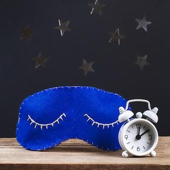 Sypialna maska wykonana ręcznie z filcu, gwiazdki na czarnym tle.