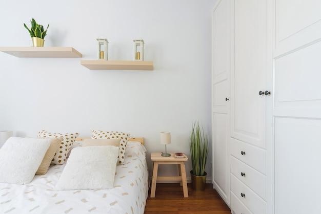 Sypialnia biały nowoczesny wystrój wnętrz
