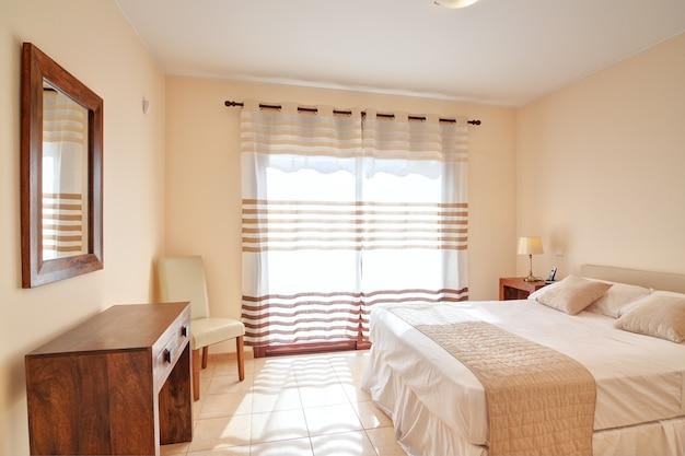 Sypialnia dla dwóch osób w kolorze brązowym. w dekoracji.