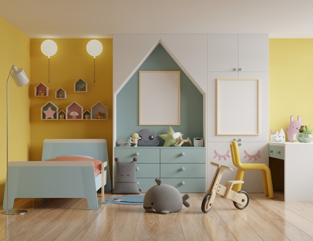 Sypialnia dziecięca z domkiem na dachu i żółtymi ścianami / ramą plakatową makiety w pokoju dziecięcym