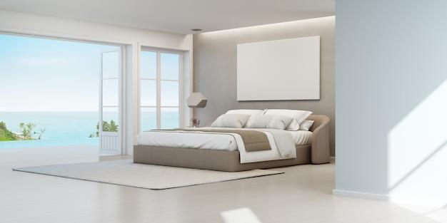 Sypialnia luksusowego letniego domu na plaży z widokiem na morze z podwójnym łóżkiem w pobliżu drewnianego tarasu na podłodze i basenu.