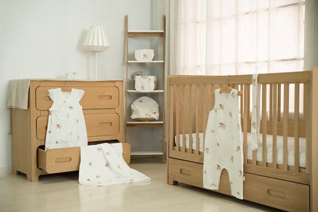 Sypialnia matki jest wypełniona sprzętem dla dzieci.