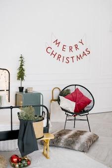Sypialnia ozdobiona krzesłem, poduszkami i elementami świątecznymi