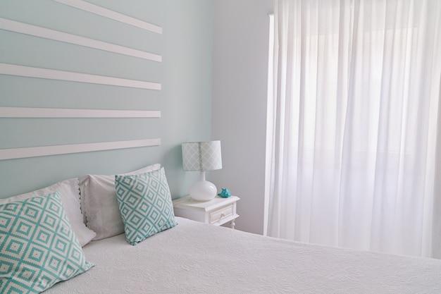 Sypialnia w pastelowym stylu miętowym, minimalistyczny wystrój w domu