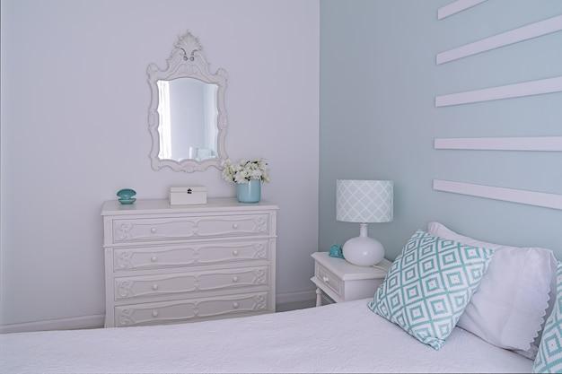 Sypialnia w stylu shabby chic w kolorze miętowo-pastelowym