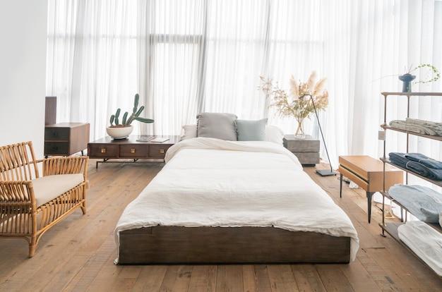 Sypialnia w stylu wiejskim, meble z litego drewna i łóżko