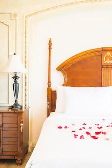Sypialnia w suicie poduszki do spania w domu