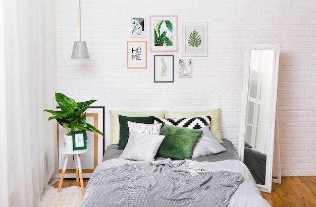 Sypialnia wnętrze domu łóżko styl zasłony okno