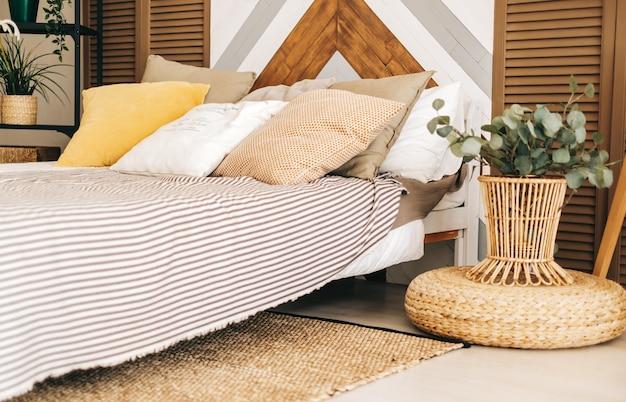 Sypialnia z dużym łóżkiem i poduszką w stylu skandynawskim