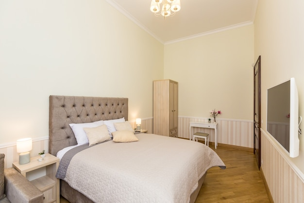 Sypialnia z dużym łóżkiem, w jasnych kolorach