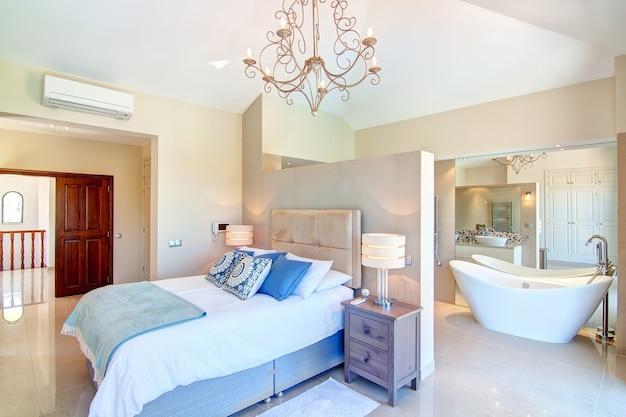 Sypialnia z meblami i dekoracyjną łazienką.