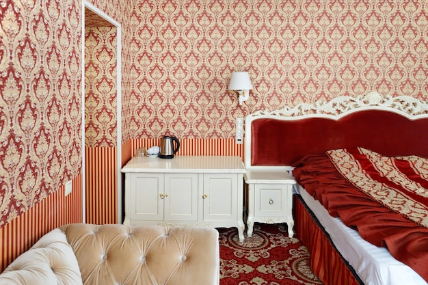 Sypialnia z podwójnym łóżkiem i meblami.
