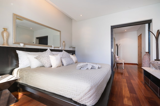 Sypialnia z wentylatorem sufitowym willi przy basenie, domu, domu, mieszkania i mieszkania