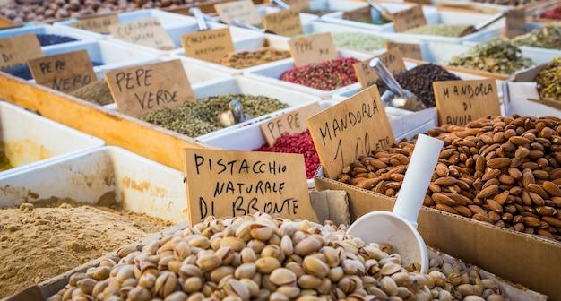 Syrakuzy, sycylia, włochy. szczegóły tradycyjnego lokalnego rynku pistacji i migdałów.