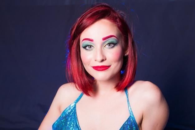 Syrenka z czerwonymi włosami spoczywa na niebiesko