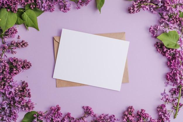 Syringa vulgaris kwiat bzu i pusta papierowa karta makieta