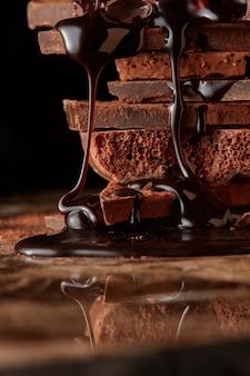 Syrop czekoladowy kapie na stos gorzka czekolada