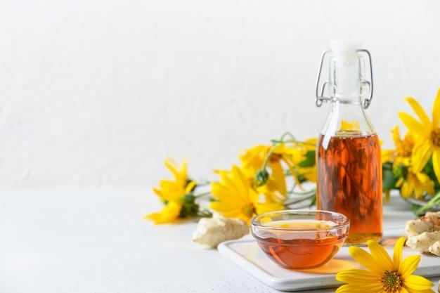 Syrop z topinamburu w kwiatach butelkowych i korzeniu