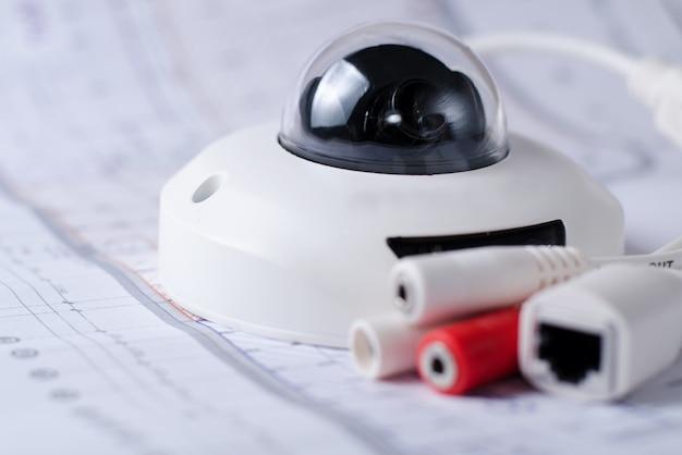 System bezpieczeństwa kamery cctv. zabezpieczenia wideo na stole. dobry dla witryny firmy zajmującej się inżynierią bezpieczeństwa lub reklamy