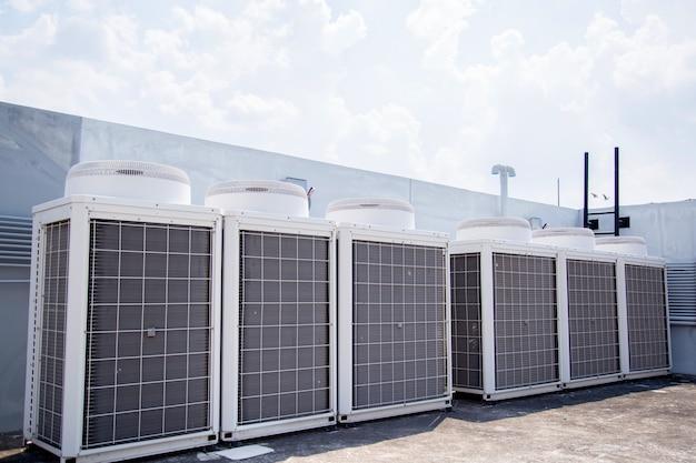 System centralnego klimatyzacji na dachu budynku