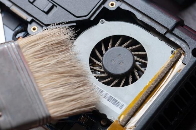 System chłodzenia procesora z kurzem i siecią. konserwacja elektroniki w serwisie.