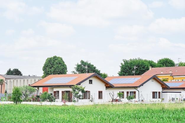 System energii odnawialnej na dachach tradycyjnych domów we włoszech, w europie. nowoczesne i piękne domy