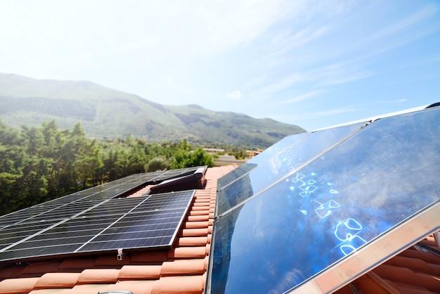 System energii odnawialnej z panelem słonecznym do prądu i ciepłej wody
